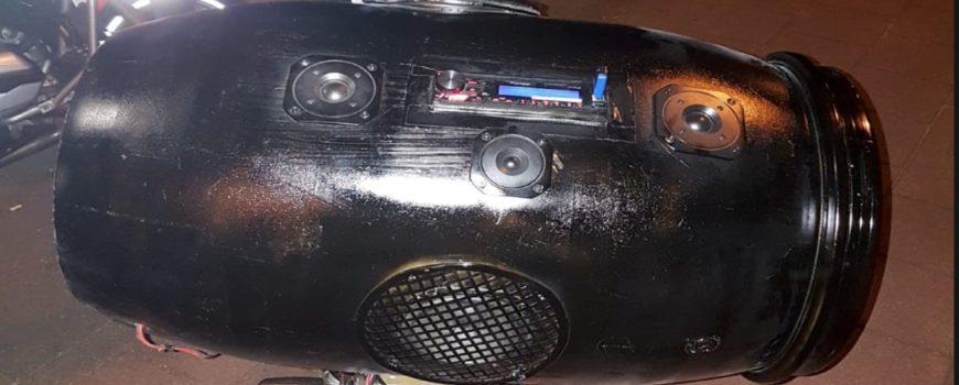 Brommer met luidsprekerbox