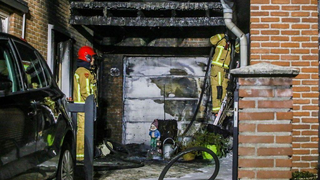 Brand in de carport van bejaarde vrouw (81) - Foto: Martien van Dam