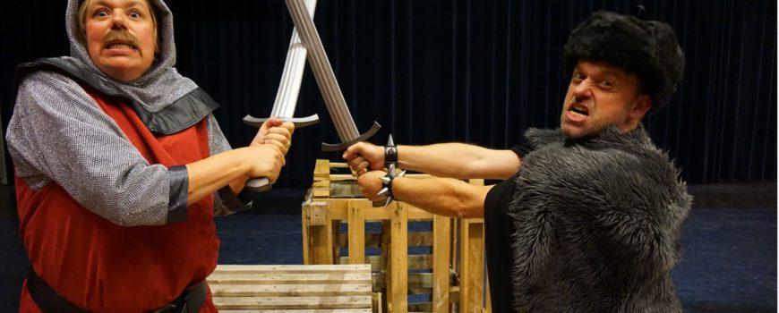 Wizzel speelt Joris Gwyn en de draak. Ridder Richard in gevecht met ridder Rowan